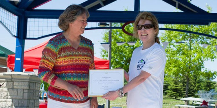Odette McIntyre Chair of VaughanBUG presents an award to City of Vaughan Regional Councillor Deb Schulte